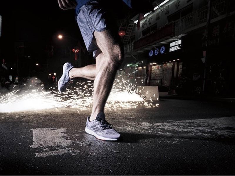 Cucerește orașul cu pantofii adidas PureBOOST DPR, creați pentru a oferi o experiență reală și adaptabilă alergării în mediul urban