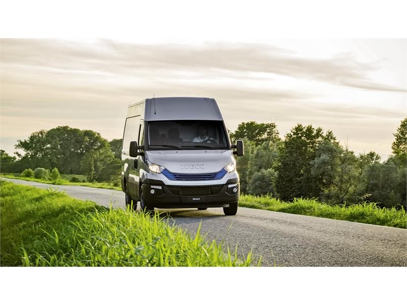 """IVECO unveils new Stralis NP and the Daily Blue Power Family """"International Van of the Year 2018"""" at the Japan Truck Show 2018"""